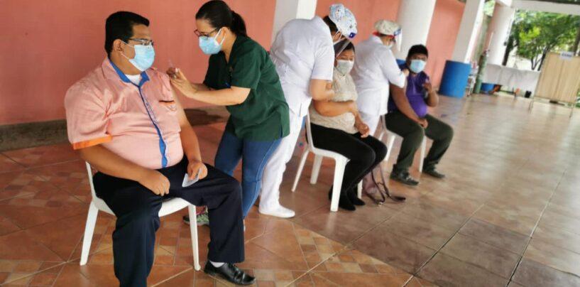 Jornada de vacunación por parte del Instituto Guatemalteco de Seguridad Social -IGSS- a los docentes del Municipio de El Estor Izabal