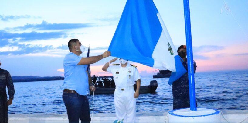 El Sr. Gobernador Departamental de Izabal, Lic. Héctor Alarcón, realizó el día de hoy la Arriada de la Bandera de Guatemala en cumplimiento de los protocolos de celebración del Bicentenario de la Independencia Patria