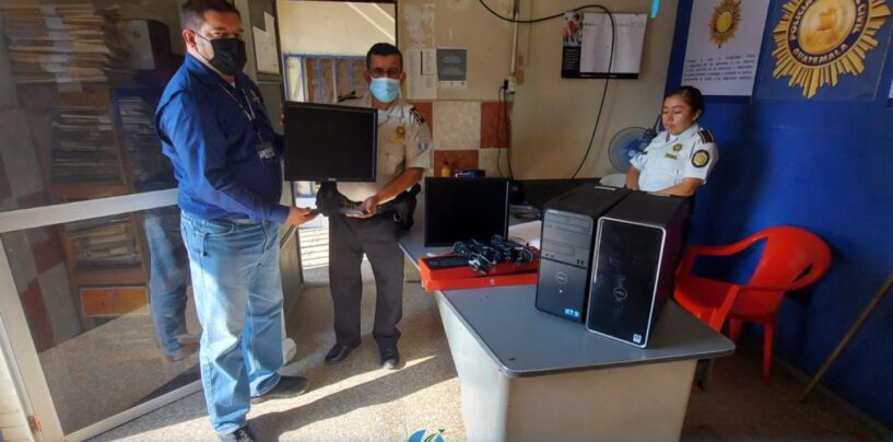 Personal de Gobernación Departamental de Izabal en representación del Sr. Gobernador de Izabal, realizaron la entrega de dos equipos de Cómputo de escritorio a la Policía Nacional Civil -PNC- de la comisaría 61 de Puerto Barrios Izabal