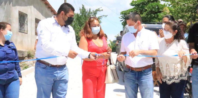 El Sr. Gobernador Departamental de Izabal el Lic. Héctor Alarcón, estuvo presente en la inauguración de Mejoramiento de calle de la Colonia Santa Isabel ubicada en los Amates Izabal